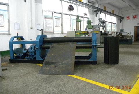 图为生产压力容器的卷板机和焊缝探伤房